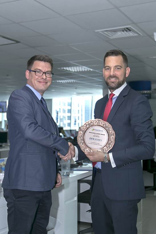 Paul McCambridge, Head of Sales (UAE) presents Chris Whitehead, Managing Director of ERE Homes with the Innovation Leader Award
